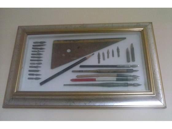 Collezione di pennini, matite e squadretta
