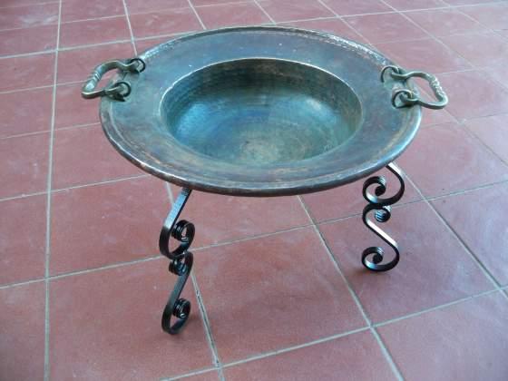 Antico braciere in rame e ottone con supporto in ferro