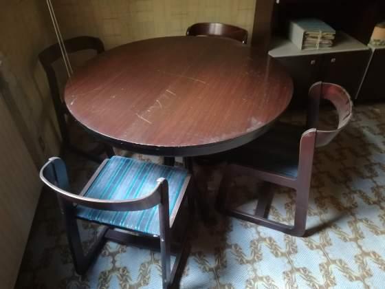 Tavolo apribile color ciliegio con quattro sedie coordinate