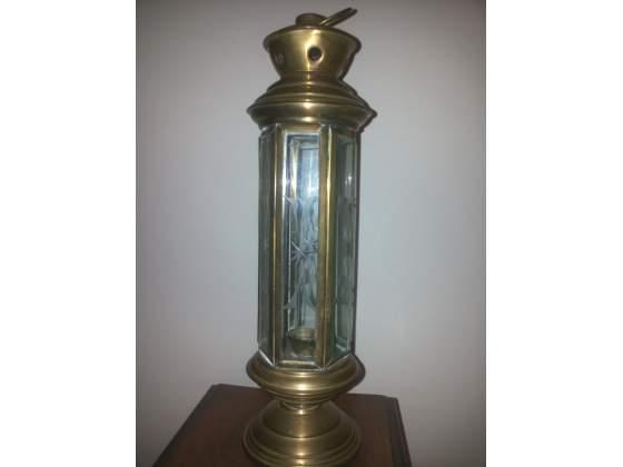 Antica lanterna in ottone con vetri sagomati e decorati