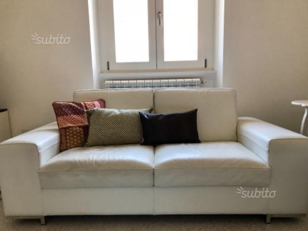 Coppia divani in vera pelle bianca