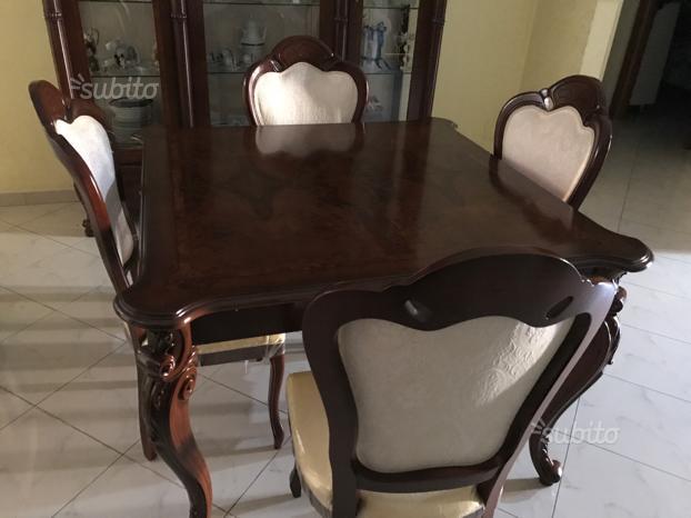 Vetrina e tavolo con 4 sedie stile classico