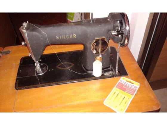Vecchia macchina da cucire Singer con mobile, a scomparsa