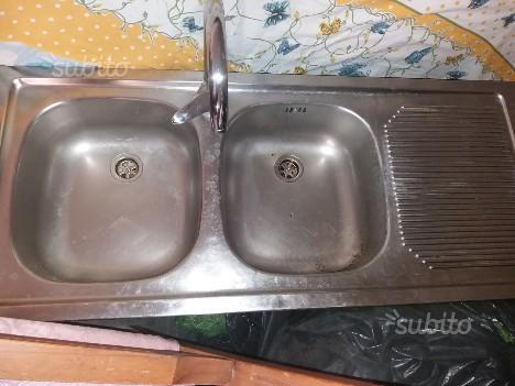 Lavello in acciaio completo di rubinetto