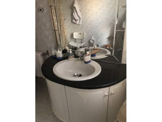 Mobile bagno con top in marmo nero
