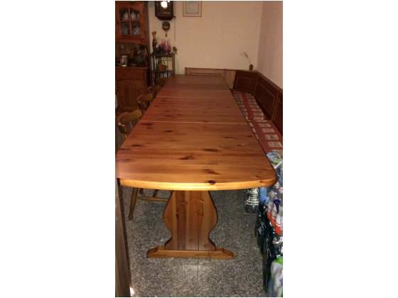 Tavolo in legno di pino color miele