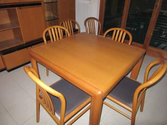 Tavolo in legno massiccio con sei sedie