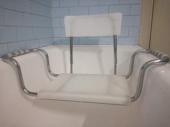 Sedile da appendere ai bordi della vasca da bagno