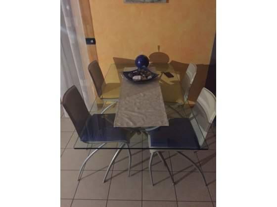 Vendo tavolo in cristallo con 4 sedie in cuoio