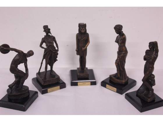 Gruppo composto da 5 sculture in bronzo con piedistallo.