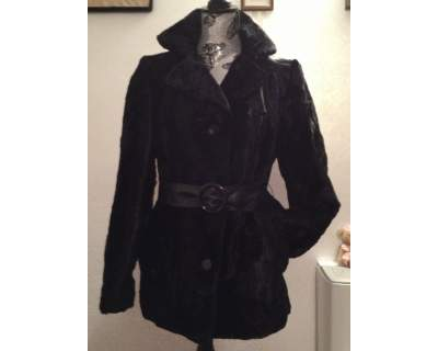 Giacca in pelliccia ecologica nera con cintura