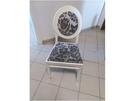 Tavoli in ferro laccato bianco e sedie imbottite