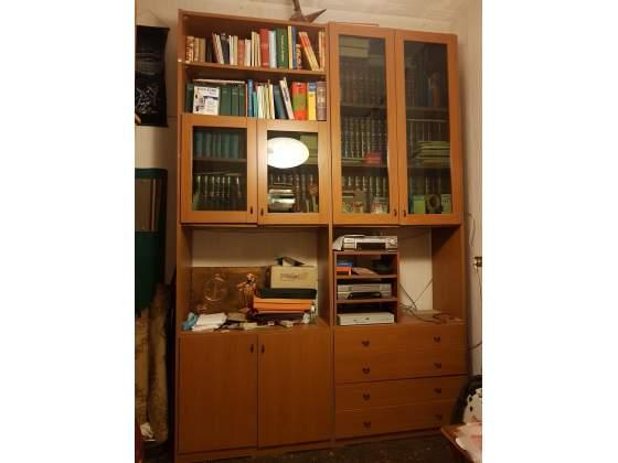 Libreria in legno con due vetrine