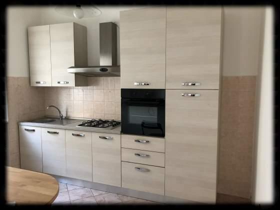 Cucina completa nuova con forno e frigorifero