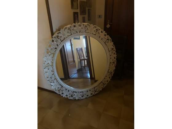 Specchio con cornice in legno intarsiato