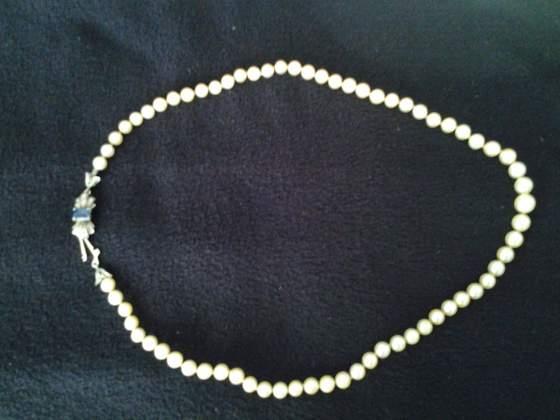 Collana di perle con susta in oro bianco con zaffiro