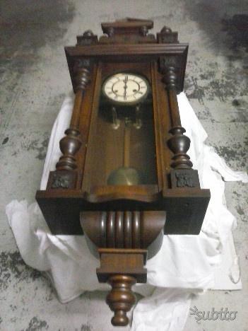 Vecchio orologio a pendolo