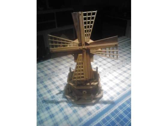 Mulino a vento in legno con carion