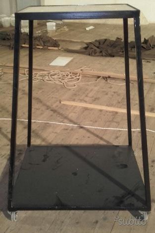 Carrelli (N. 3) a due piani di appoggio con ruote