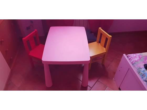Tavolino rosa con 2 sedie rossa e gialla