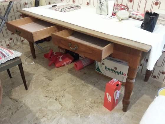 Tavolo con cassetti in legno di ciliegio dell'800