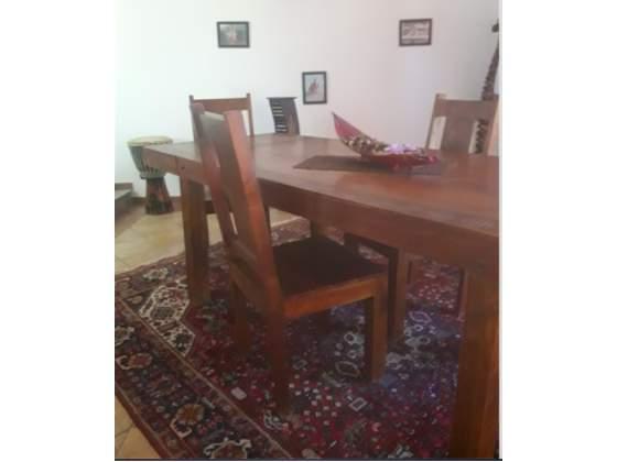 Tavolo e sedie etniche in legno
