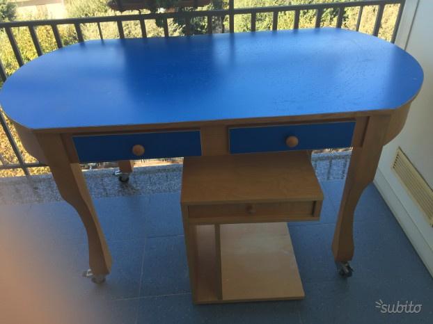 Tavolo scrivania e mensole a muro