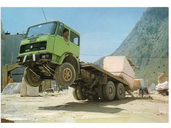 CARRARA Cave di Marmo carico su camion