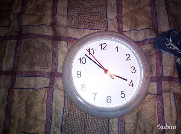 Orologio a muro ben tenuto. Funzionante