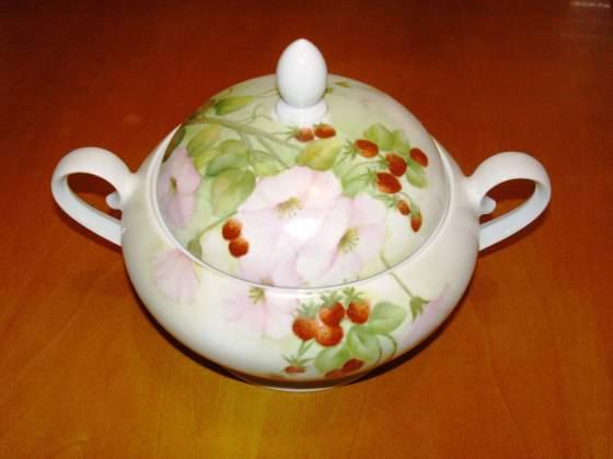 Bellissima zuppiera in porcellana dipinta a mano