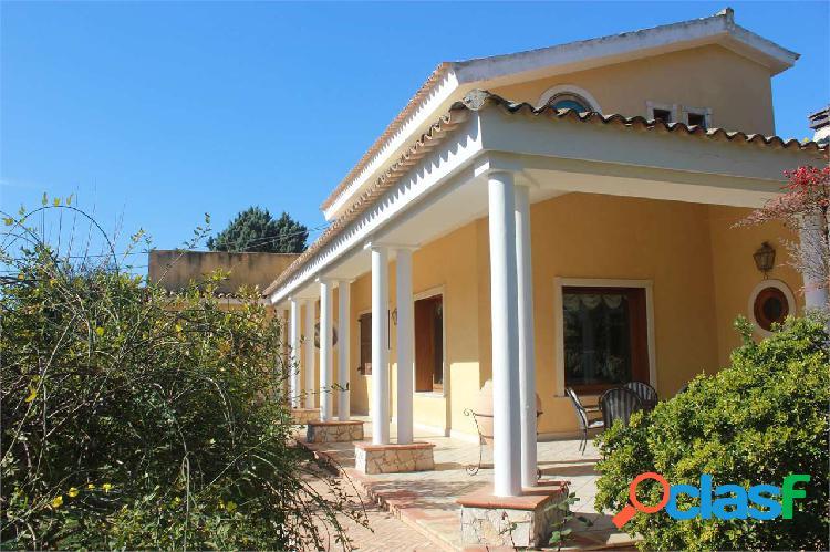 Villa in zona residenziale con piscina