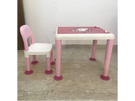 Tavolo e sedia per disegnare Hello Kitty
