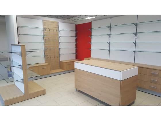 Arredamento completo in legno con banco vendita e gondola
