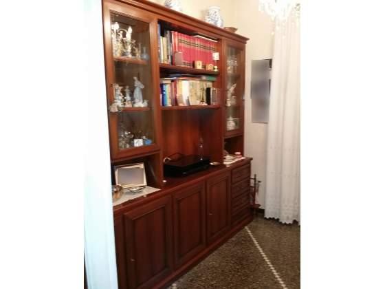 Mobile sala - salotto in noce con due vetrinette