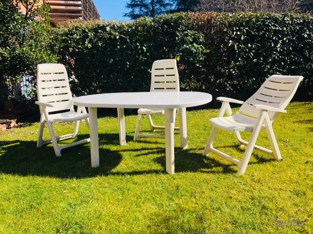 Tavolo da giardino e poltrone reclinabili