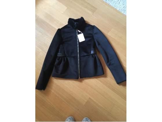 Bellissima giacca nera con collo in pelo da usare in