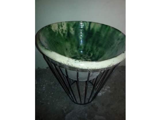 Lavabo antico in ceramica con supporto in ferro
