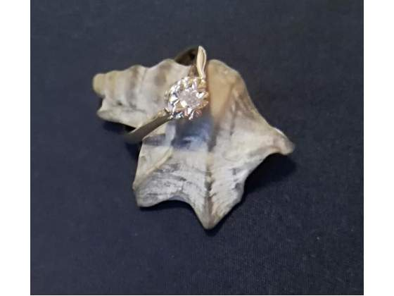 Bellissimo solitario in oro con diamante taglio singolo
