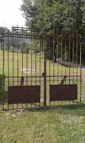 Antico cancello in ferro battuto