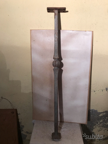 Piede o asta in ferro battuto con staffa e piede