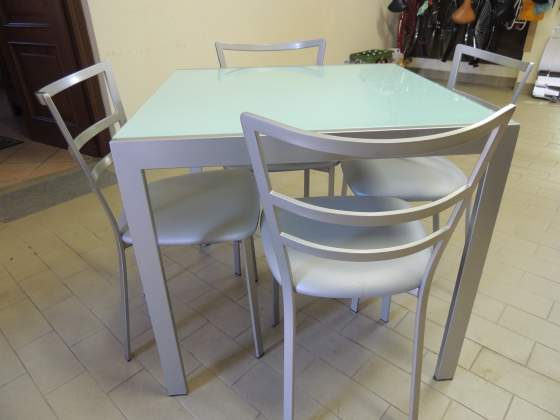 Tavolo in metallo e cristallo con sedie