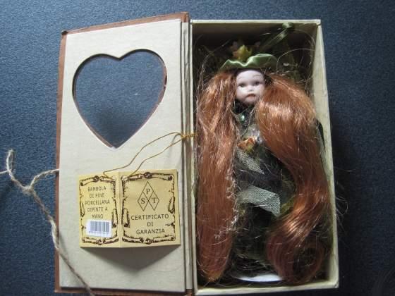 Bambola di fine porcellana dipinta a mano nuova