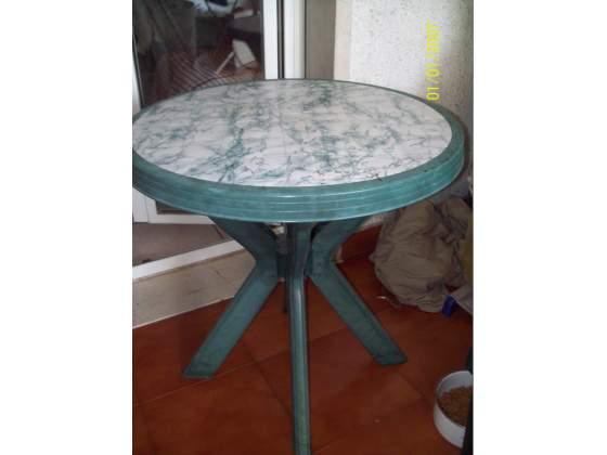 Tavolo con 2 sedie verdi