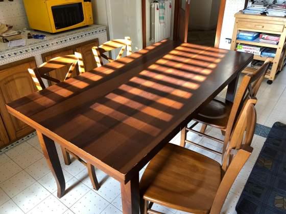 Tavolo in noce con quattro sedie
