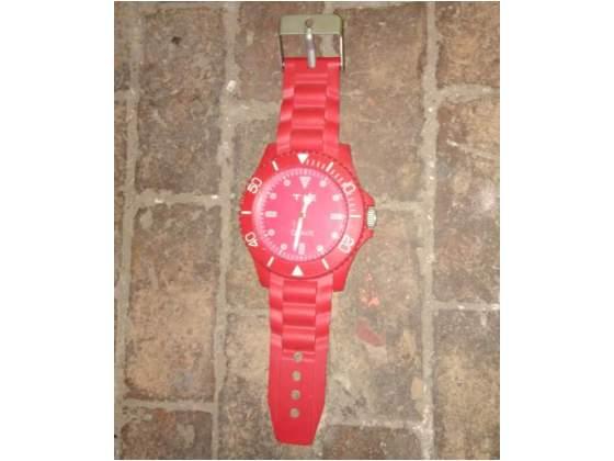 Orologio rosso da muro a forma di orologio da polso
