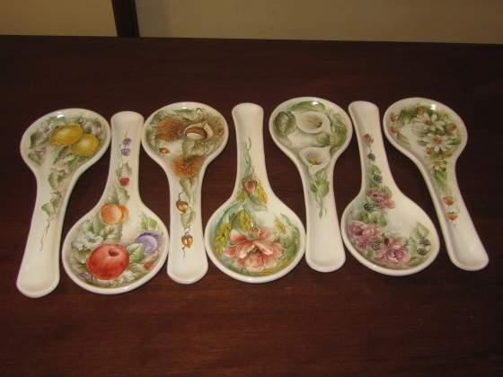 Poggiamestoli in ceramica dipinta a mano