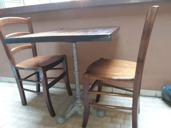 2 sedie e tavolo in legno di faggio. Buono stato.