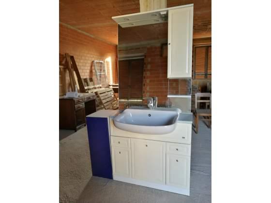 Mobile bagno con lavabo, miscelatore e specchiera