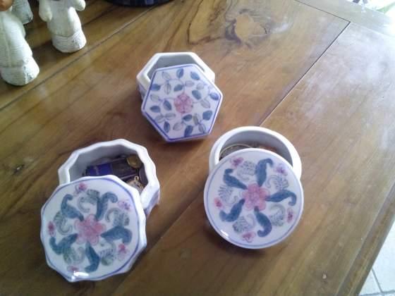 Tre scatolette soprammobili in ceramica dipinta a mano