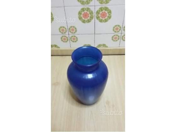 Vaso in vetro di colore blu